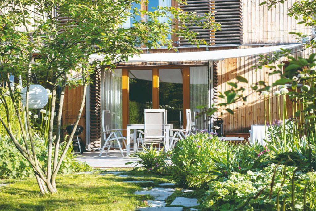 Bujná zeleň a zákutie s vodným prvkom vytvorili v malej záhrade chýbajúce súkromie (VIDEO)