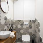 Toaleta s hexagonovou stenou