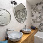 Sivá kúpeľňa s drevom