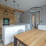 Predel medzi obývačkou a kuchyňou