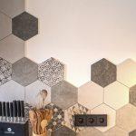 Hexagonová stena v kuchyni