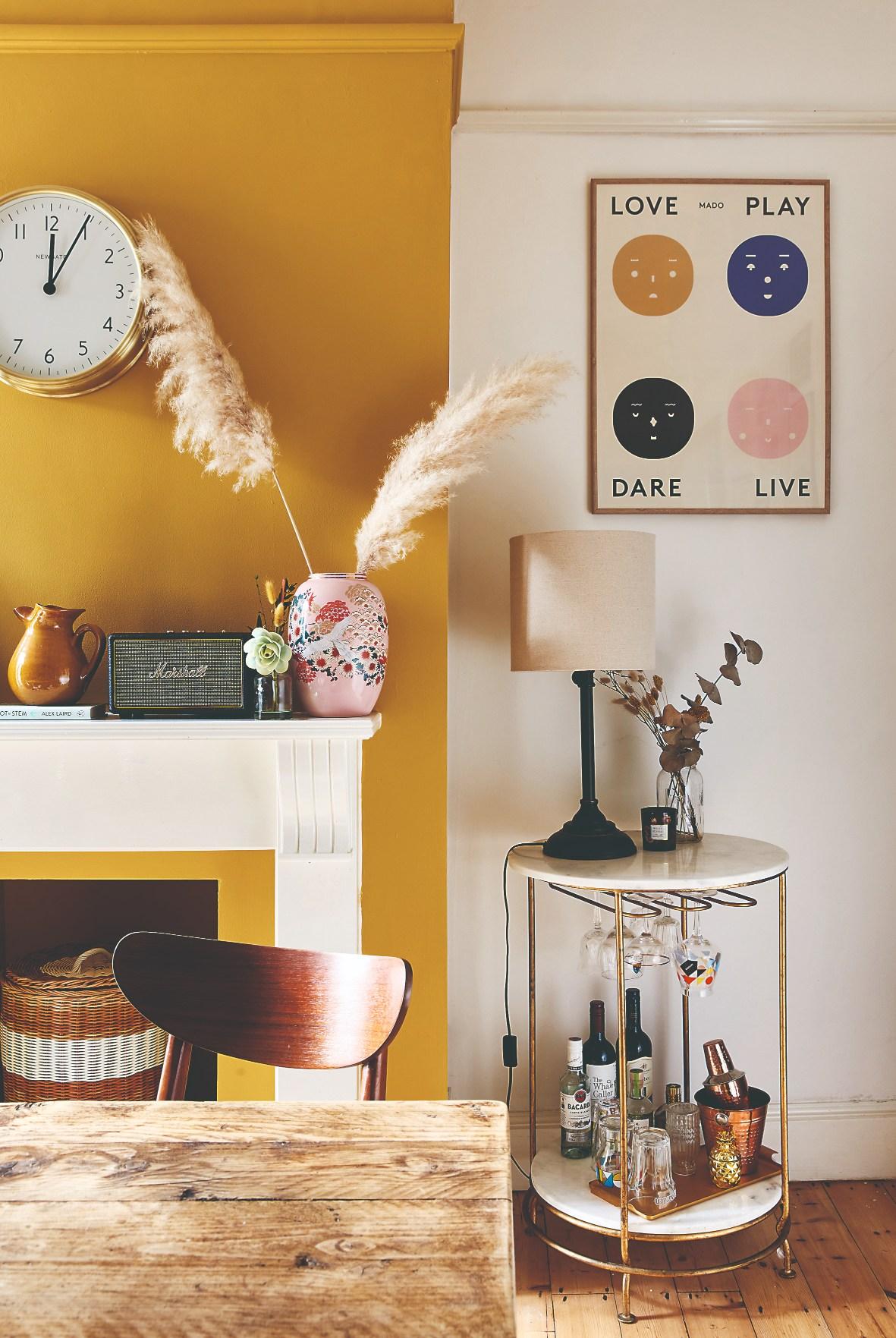 obývacia izba so žltou stenou