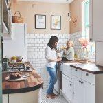 žena s dieťaťom v bielej kuchyni