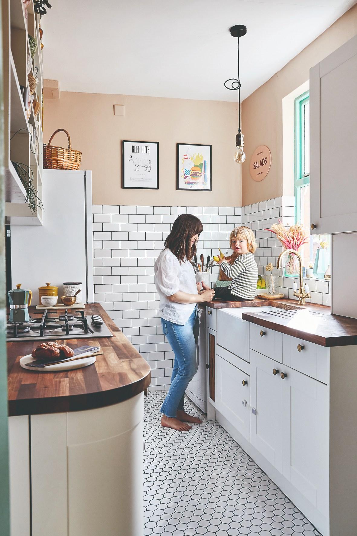kuchyňa s bielymi obkladačkami