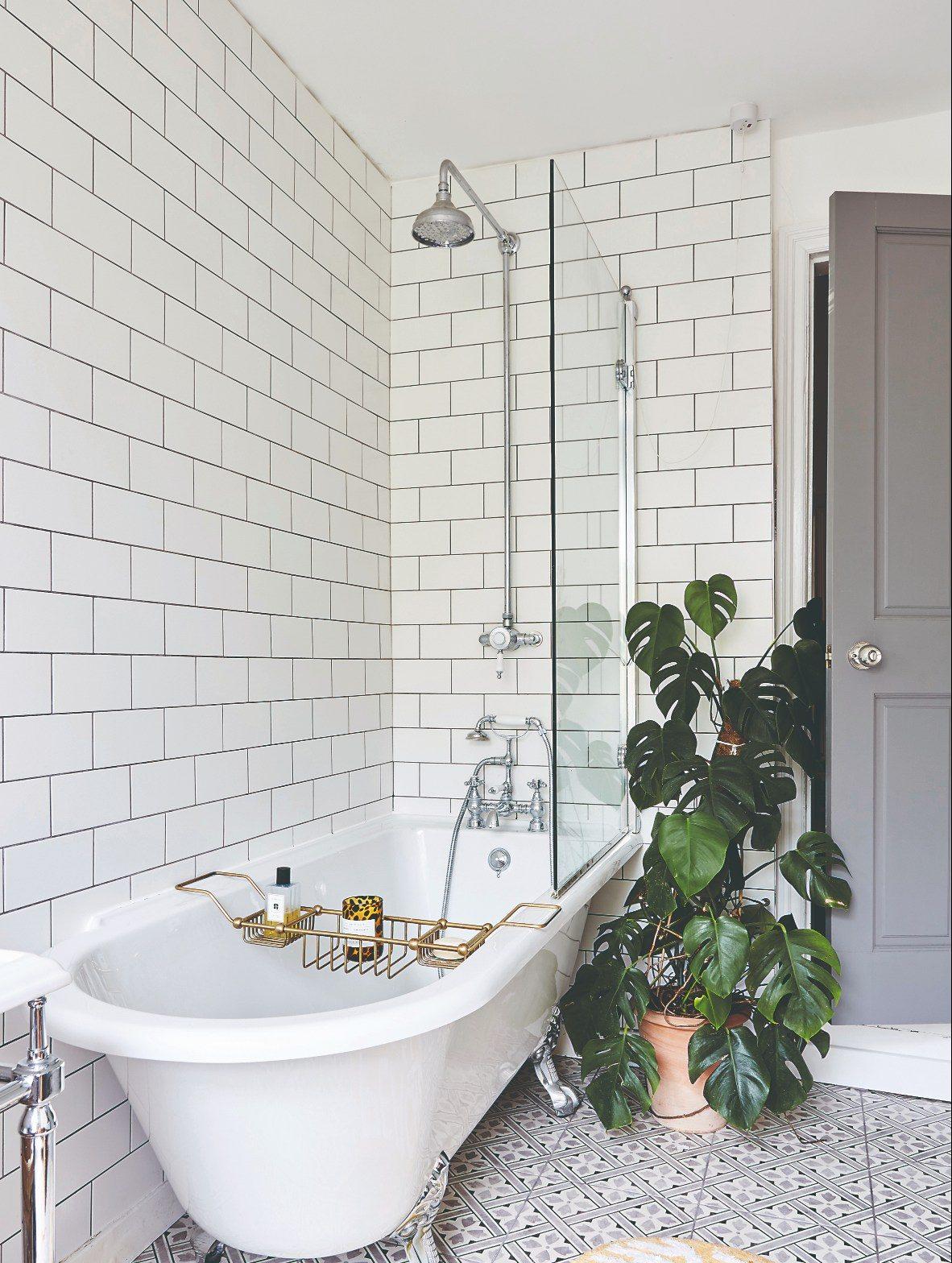 kúpeľňa s vaňou a bielymi obkladačkami