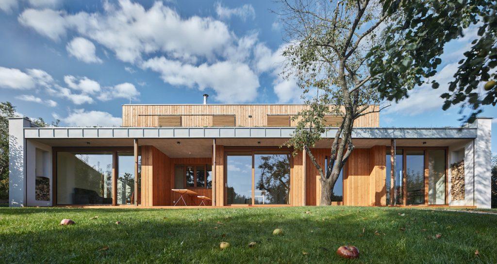 Na pozemku so starou záhradou vyrástol rodinný dom s lúkou na streche a vykurovaný slnkom