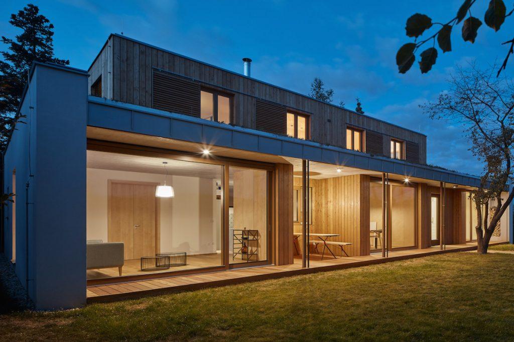 Pozdĺžna terasa moderného domu