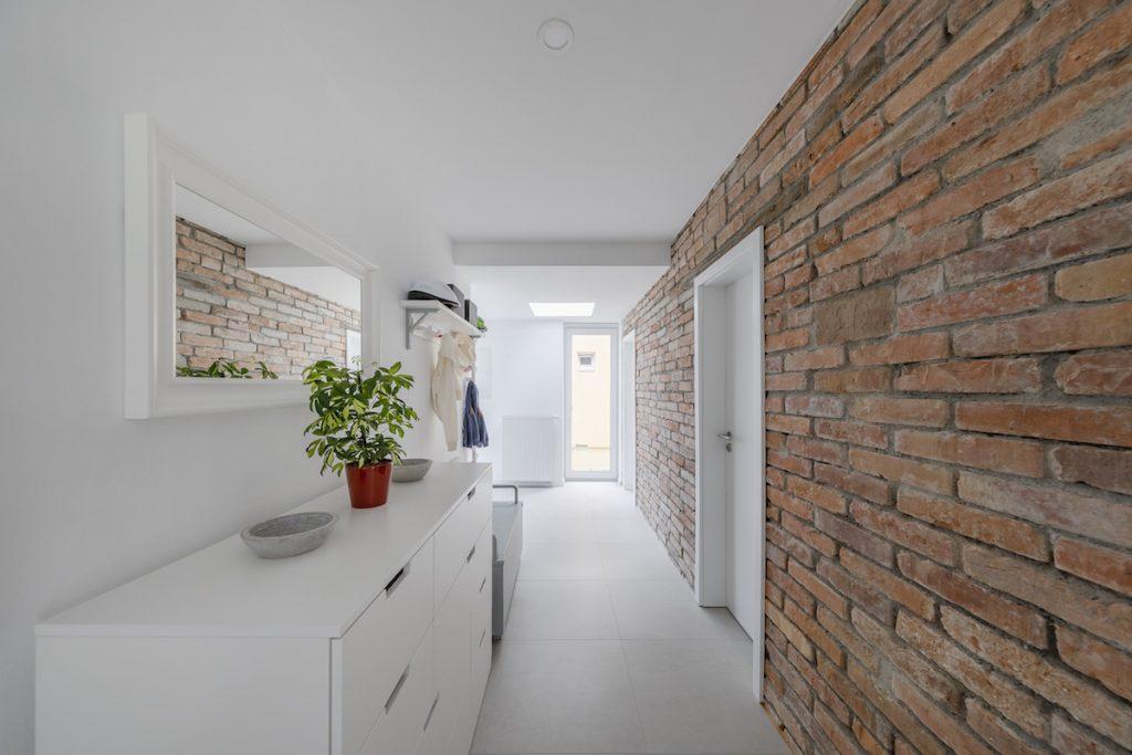 Stena kúpeľne s pôvodnými tehlami
