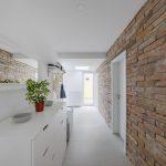 Povrch steny kúpeľne z lícových tehál