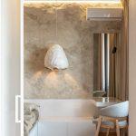 Dizajnový nočný stolík a lampa