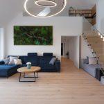 Obývačka s dreveným schodiskom