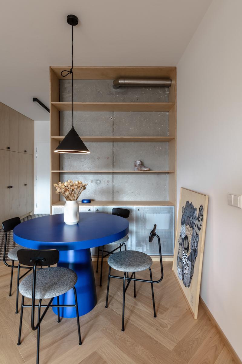 Modrý stôl v jedálni