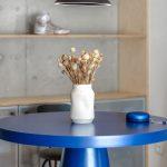 Modrý stôl s vázou