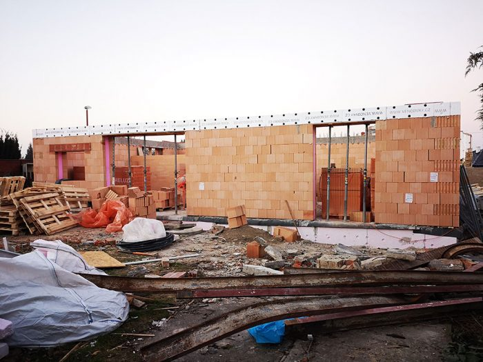 Začiatok kompletnej rekonštrukcie po explózii domu.