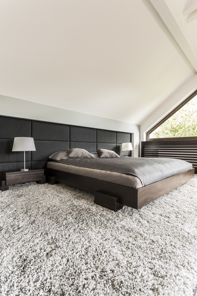 chlpatý koberec v spálni