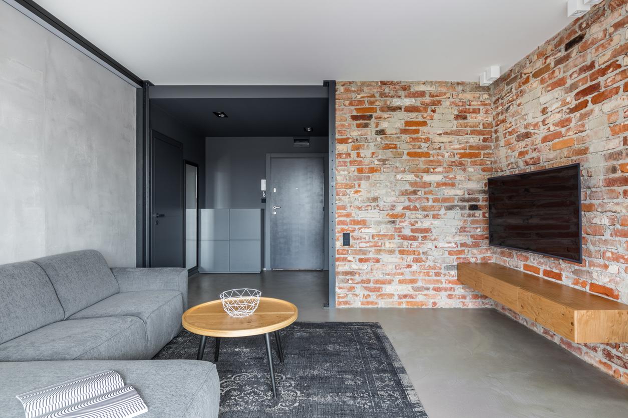 Tehlová stena v obývačke a liata podlaha