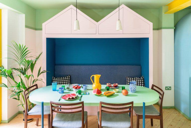 Pôvodne tmavý vlhký dom dnes žiari farbami anapĺňa pozitívnou energiou