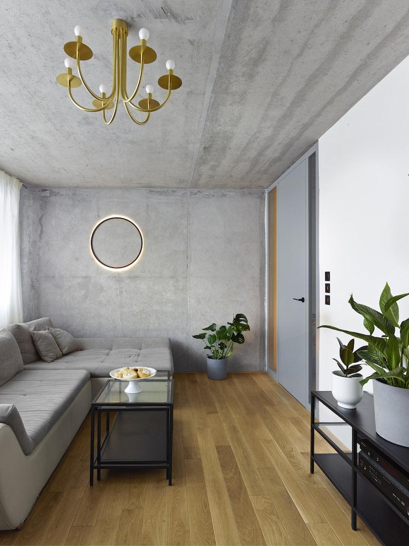Mosadzné svietidlo v obývačke