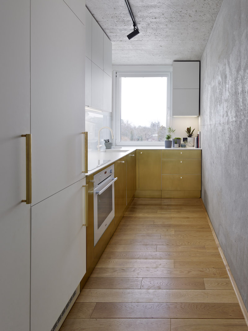 Úzka kuchyňa s mosadzným plechom