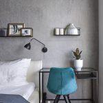Spálňa s betónovou stenou