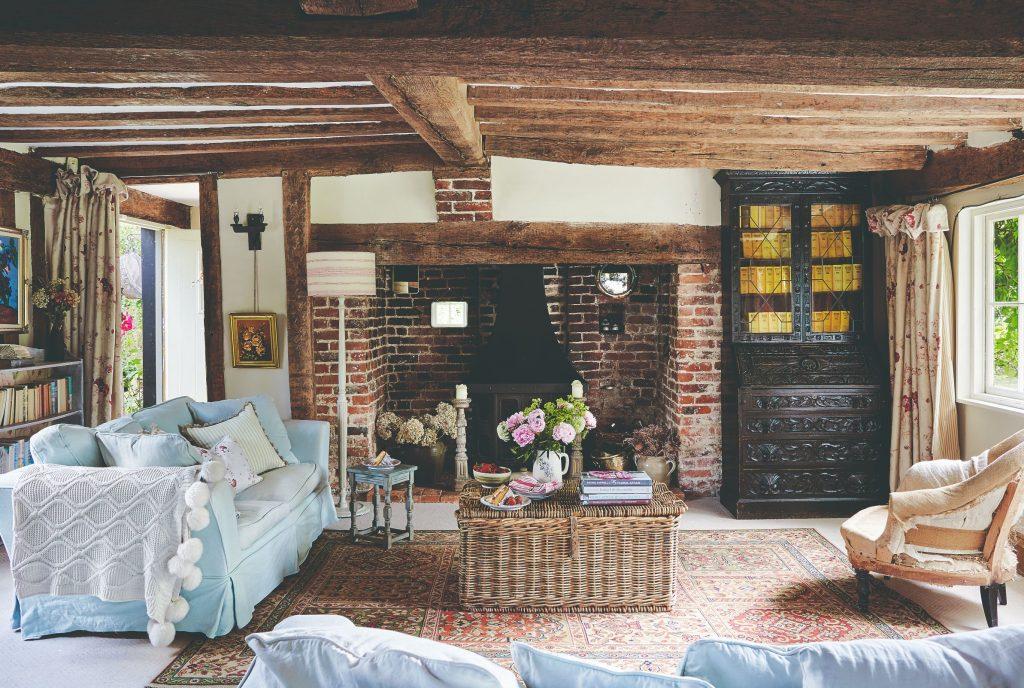 Výklenok s kozubom v obývačke