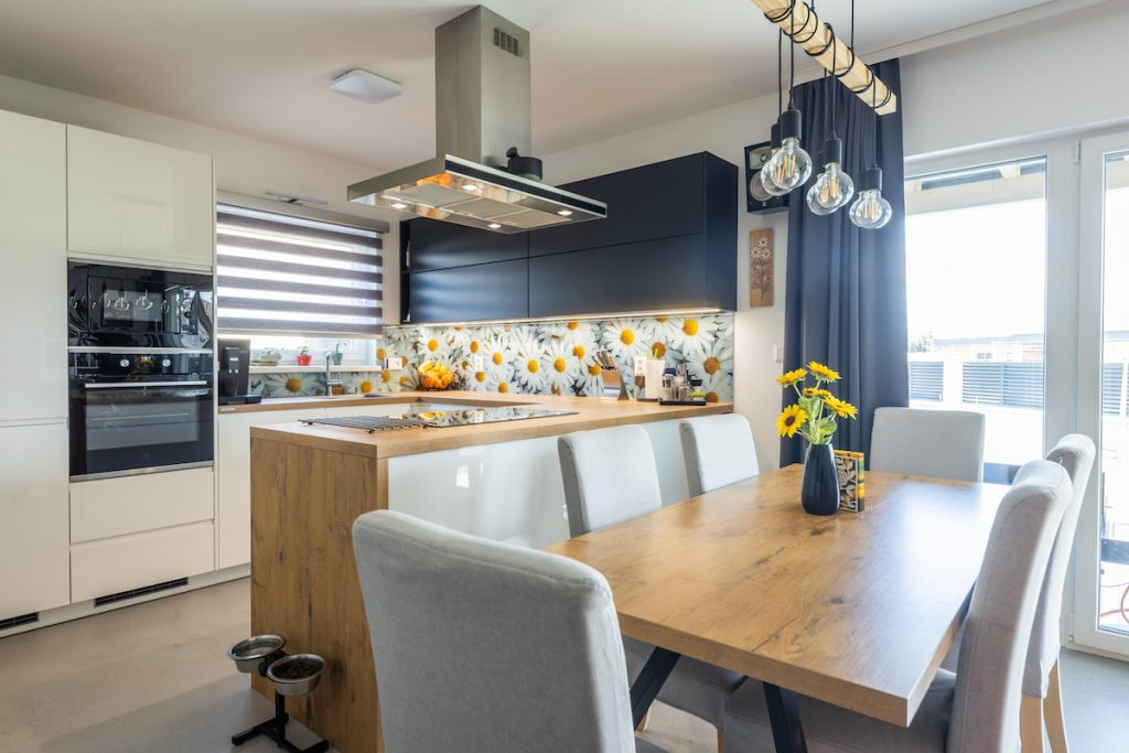 Kuchyňa s ostrovom a jedáleň