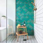 Sprchový kút so zelenou stenou