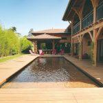 Bazén s drevenou terasou