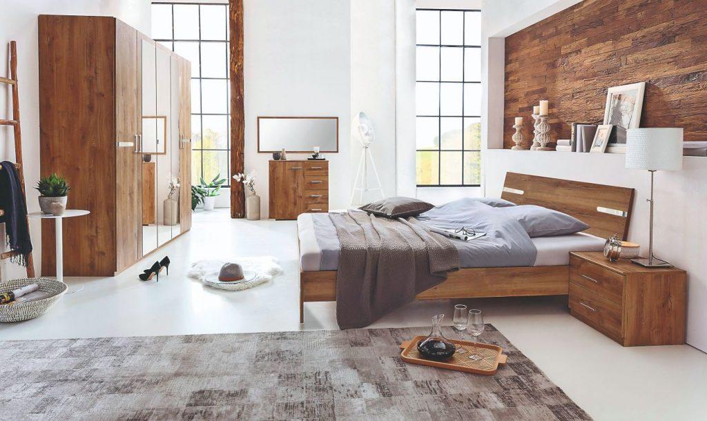 Spálňa s dreveným nábytkom