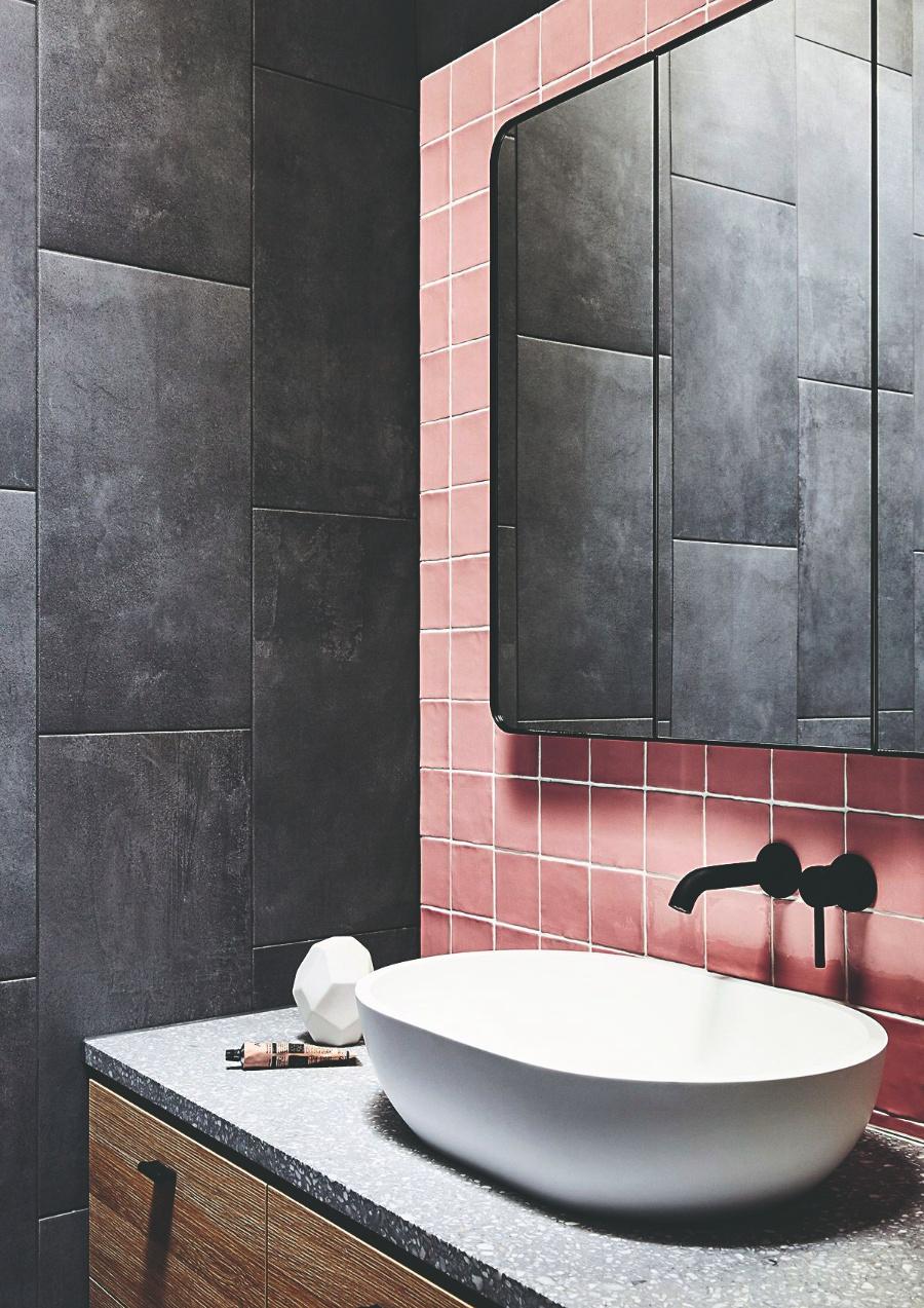 Čierna s ružovou v kúpeľni