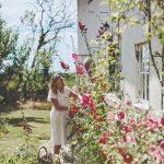 Rozkvitnutá záhrada s majiteľkou