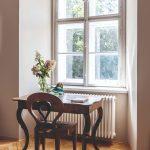 Písací stôl pod oknom