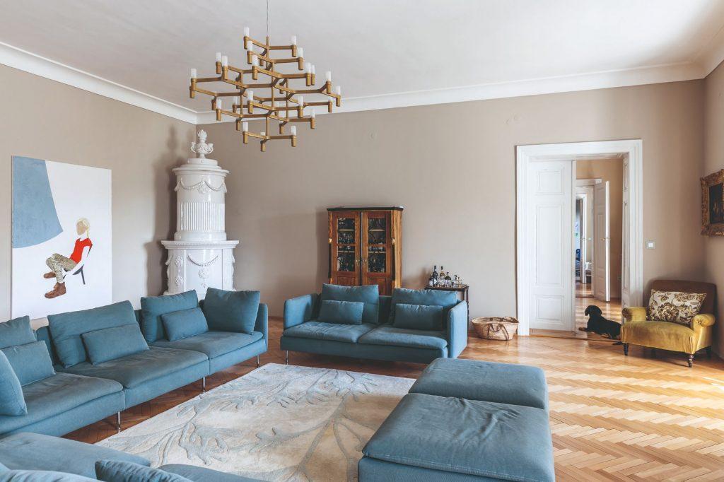 Elegantné zladenie starožitného nábytku smodernými prvkami. Ako sa býva v byte na zámku?