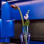 Váza v modrej kuchyni