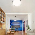 Obývačka s knižnicou modrá kuchyňa