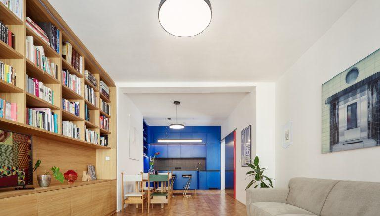 Funkcionalizmus stavby vniesli aj do interiéru. V byte nechýba ani farebné prekvapenie