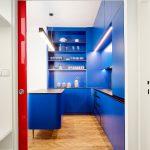 Červené posuvné dvere modrá kuchyňa
