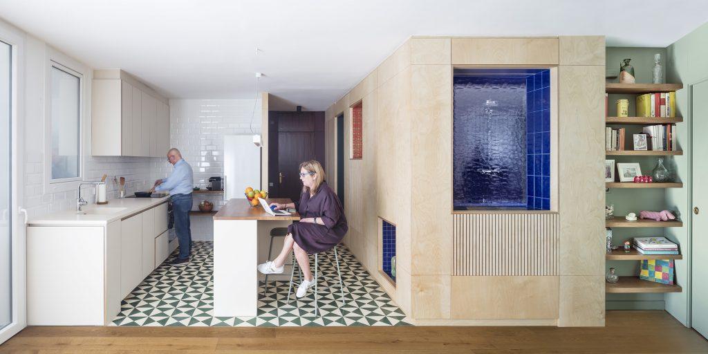 Z malého, tmavého a členitého bytu spravili otvorený svetlý domov s originálnou kúpeľňou