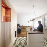 Kuchyňa s výraznou dlažbou