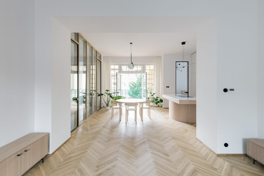 Veľkému svetlému bytu v Starom Meste dominujú ušľachtilé materiály a presklená stena