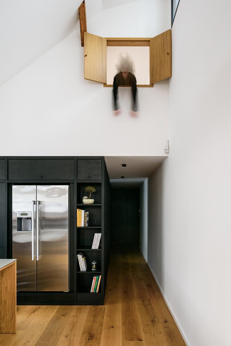 detská izba v podkroví, z ktorej sa dá interiérovým otvorom vykuknúť do hlavnej obytnej časti
