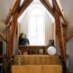 Čítací kútik pri okne v podkrovnom byte