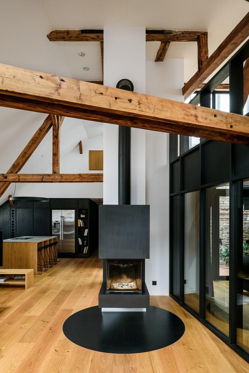 obývacia izba s kozubom v podkrovnom byte