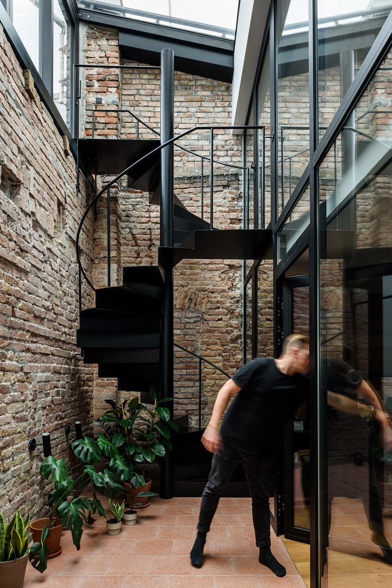 točité schodisko vedúce na terasu bytu