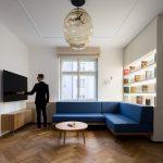 Obývačka s modrou pohovkou