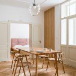 Jedáleň s vysokým stropom