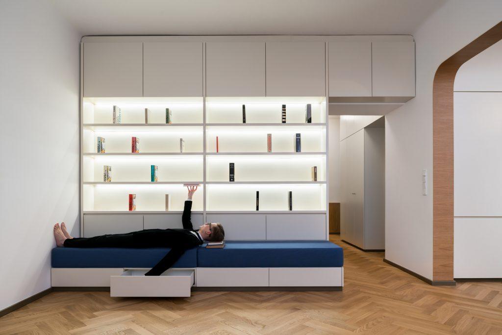 Vysúvací matrac pod knižnicou