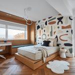 Spálňa s výraznou stenou