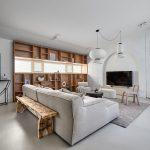 Obývačka s drevenou stenou