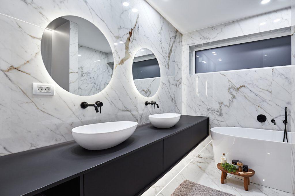 Mramorová kúpeľňa s okrúhlymi zrkadlami